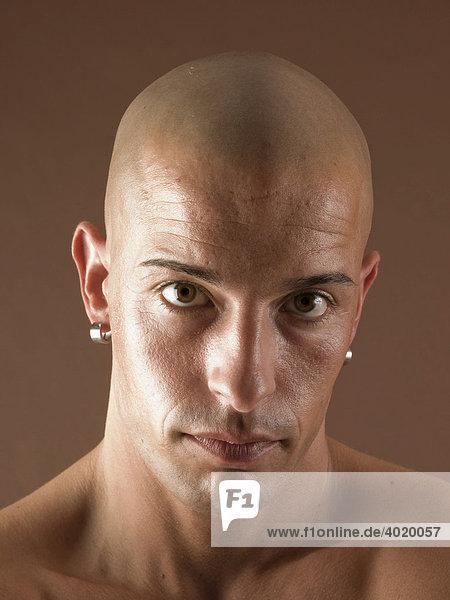 Mann  Glatze  Gesicht  ernst