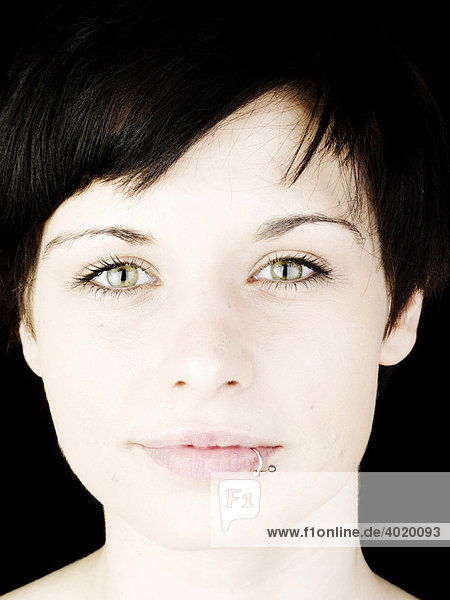 Frau  dunkelhaarig  Lippenpiercing  Gesicht  lächeln Frau, dunkelhaarig, Lippenpiercing, Gesicht, lächeln
