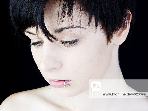 Frau  dunkelhaarig  Lippenpiercing  Gesicht Frau, dunkelhaarig, Lippenpiercing, Gesicht