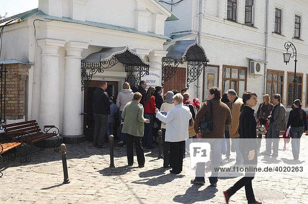 Touristengruppe tritt in die Höhlen von Kievo-pecherskaya lavra ein  Kiev pechersk lavra  Höhlentempel in Kiev  Ukraine  Osteuropa