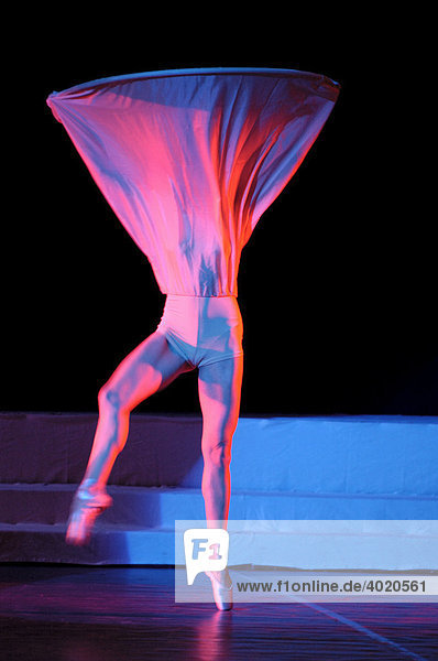 Weibliche Tänzerin in abstraktem Outfit tritt auf der Bühne auf  Show-Ballet-Truppe A-6  Kiev  Ukraine  Osteuropa