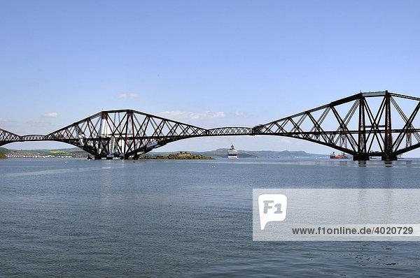 Forth Rail Bridge über den Firth of Forth Fjord bei Edinburgh  Schottland  Großbritannien  Europa
