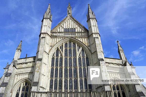 Winchester Cathedral  mit 170 m Höhe eine der größten Kathedralen in England  Südengland  England  Vereinigtes Königreich  Europa