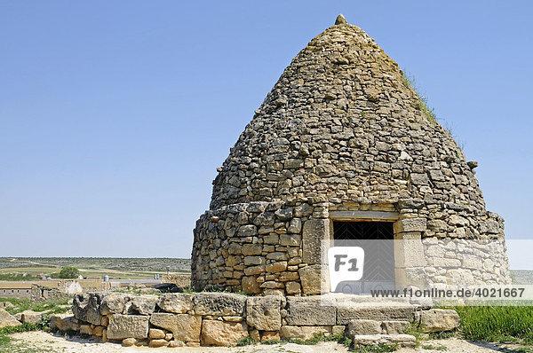Los Neverones  Neveras  Eishaus  historisches Steinhaus zur Aufbewahrung von Schnee und Herstellung von Eis  Fuendetodos  Aragon  Kastilien  Spanien  Europa