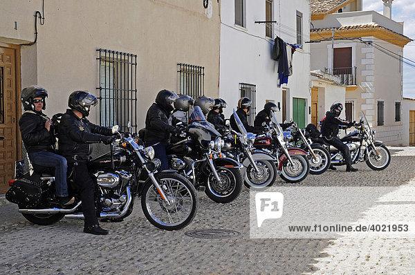 Harley Davidson  Motorräder  Motorradfahrer  parken  Straße  Start  Aufstellung  Motorradausflug  Ausflug  Spanien  Europa