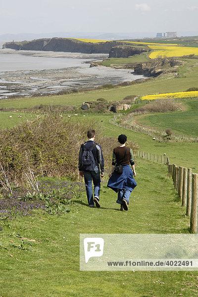 Englische Küste  Wanderweg  zwei Wanderer  Mann  Frau  Kilve  Somerset  England  Großbritannien  Europa