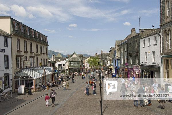 Hauptplatz  Touristen  Keswick  Lake District  Cumbria  Nord England  Großbritannien  Europa