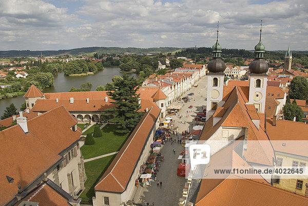 'Blick von Kirchturm auf Kirchtürme  Teich  Markt  Touristen  Altstadt  Renaissance  UNESCO Weltkulturerbe  Hauptplatz  Marktplatz  Telč