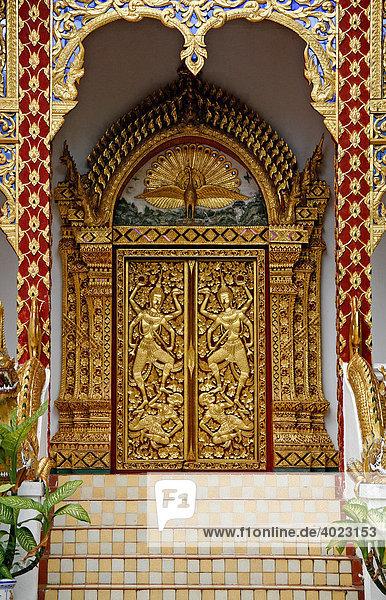 Tür mit Goldverzierung  Wat Phrathat Doi Suthep  Tempelanlage auf dem Heiligen Berg  Chiang Mai  Thailand  Asien