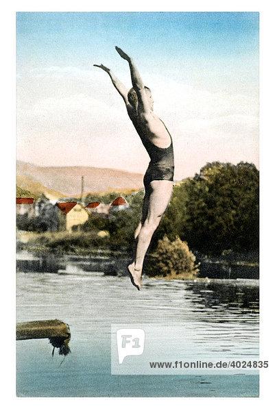 Historische Sommergrußkarte  Mann im Schwimmanzug mitten im Sprung in einen See Historische Sommergrußkarte, Mann im Schwimmanzug mitten im Sprung in einen See