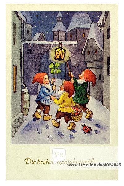 Historische Neujahrsgrußkarte  drei Zwerge in nächtlicher Straße mit Glückssymbolen  Die besten Neujahrsgrüße