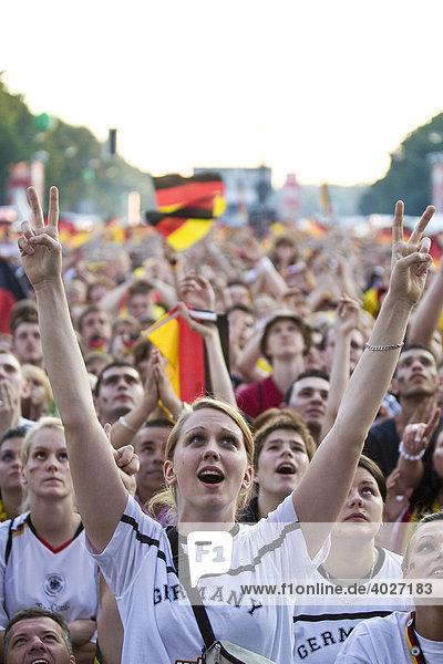 Fans schauen das Finalspiel der Fußball EM auf der Berliner Fanmeile  Berlin  Deutschland  Europa