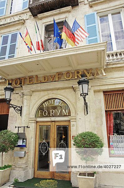 Eingang vom Hotel Forum  Arles  Bouches-du-Rhone  Provence-Alpes-Cote d'Azur  Südfrankreich  Frankreich  Europa
