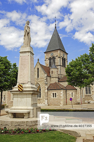 Kriegerdenkmal und Kirche  Villars-les-Dombes  Rhone-Alpes  Ain  Frankreich  Europa
