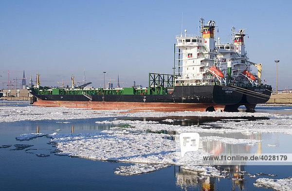 Zwei Containerschiffe liegen auf Reede im Hamburger Hafen  Hamburg  Deutschland  Europa