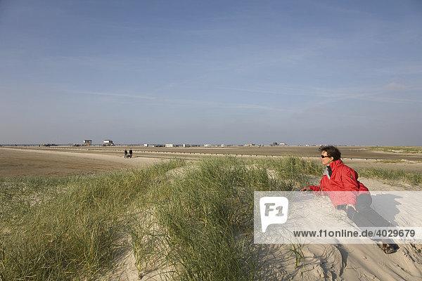 Frau  40 Jahre  in den Dünen von St Peter Ording  Nordfriesland  Norddeutschland  Europa