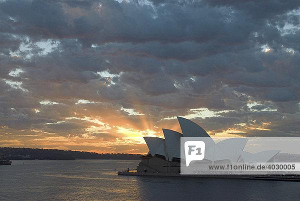 Sonnenaufgang über dem Sydney Opera House  Sydney  New South Wales  Australien