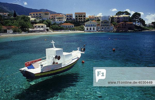 Boot im Hafen von Assos  Insel Kefalonia  Griechenland  Europa