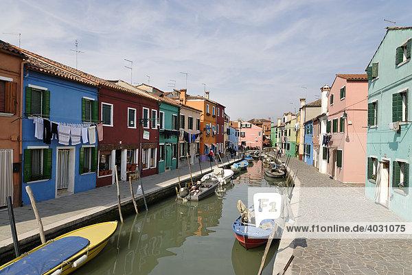 Farbenfroh bemalte Häuser an Kanal in Burano  Insel in der Lagune von Venedig  Italien  Europa