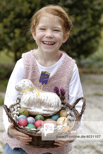 Mädchen  Kind mit Osterkörbchen  Osterkorb