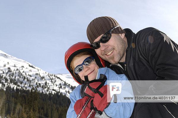 Vater mit Tochter beim Skifahren