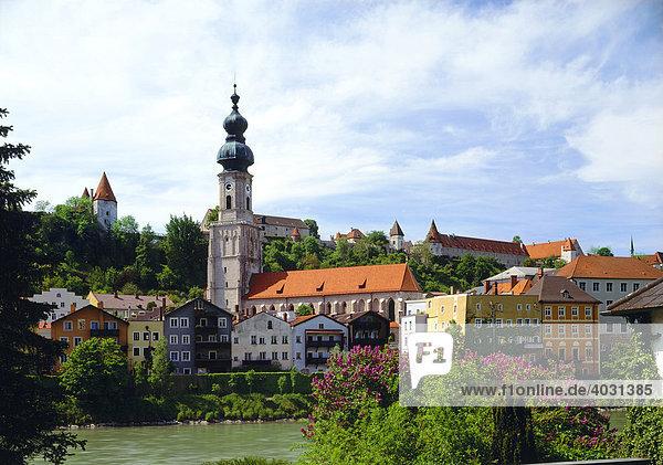Altstadt mit Pfarrkirche St. Jakob und Burg  Burghausen  Oberbayern  Bayern  Deutschland  Europa