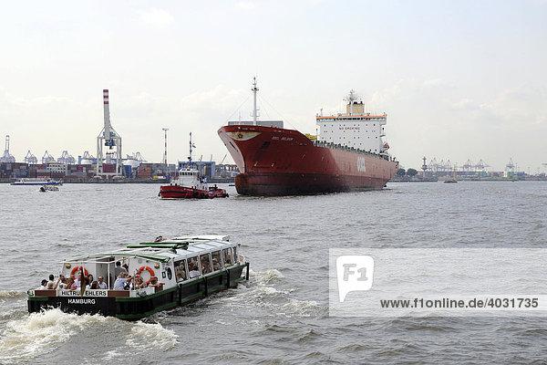 Schiffsverkehr auf der Elbe im Bereich Hamburger Hafen  Hansestadt Hamburg  Deutschland  Europa