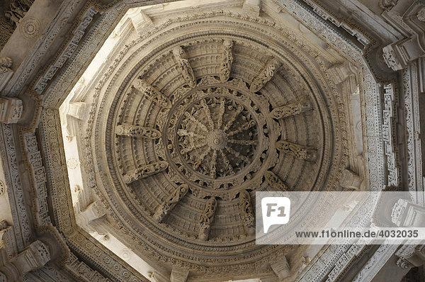 Detail einer Kuppel  Tempel von Ranakpur  Rajasthan  Nordindien  Asien
