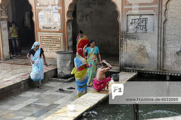 Indische Frauen beim Waschen  Tempel  Galta Schlucht  Jaipur  Rajasthan  Nordindien  Asien