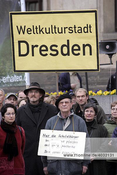 Dresdner Bürger demonstrieren vor dem Rathaus während der Stadtrat über das Bürgerbegehren zur Waldschlößchenbrücke tagt  Dresden  Sachsen  Deutschland  Europa