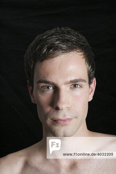 Portrait eines jungen Mannes mit freiem Oberkörper