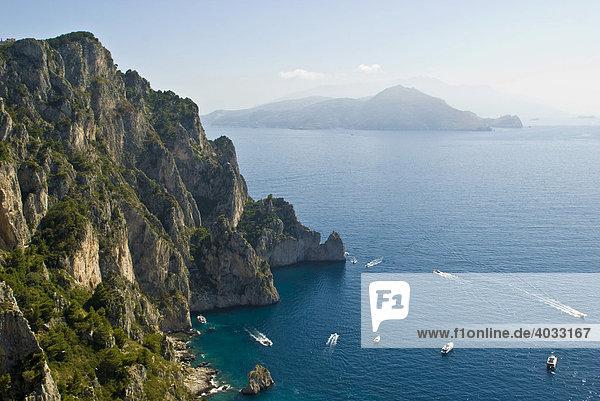 Ostküste  Steilküste  Boote  Insel Capri  Kampanien  Süditalien  Italien  Europa