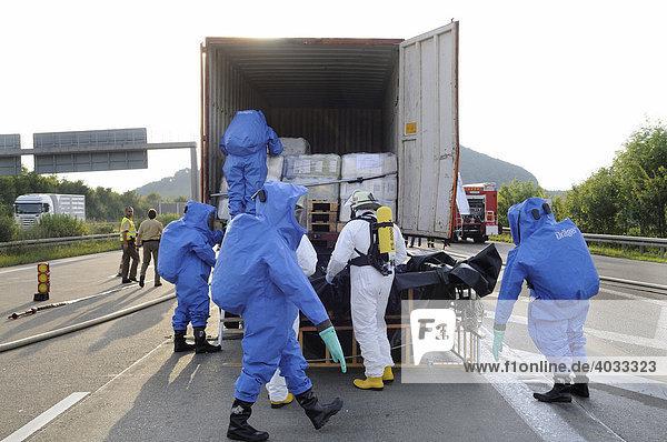 Menschen in Schutzkleidung bei Bergungsarbeiten nach einem Gefahrgut-LKW-Auffahrunfall auf der A 8  Aichelberg  Baden-Württemberg  Deutschland  Europa