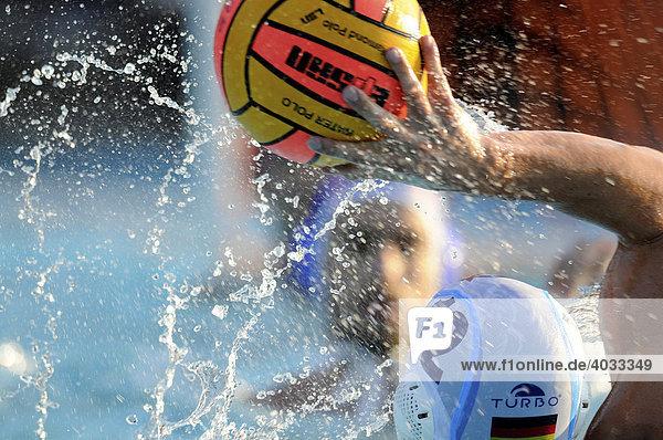 Wasserball Spieler SÖREN MACKEBEN beim Wurf  Länderspiel Deutschland - Kroatien im Freibad auf der Neckarinsel  Esslingen  Baden-Württemberg  Deutschland  Europa