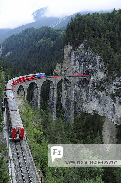 Ein Zug der Rhätischen Bahn auf dem Landwasser-Viadukt  Albula-Strecke  bei Filisur  Graubünden  Schweiz  Europa