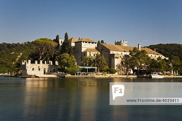 Benediktiner Kloster auf der Insel der Heiligen Maria im Veliko jezero  Grosser See  im Nationalpark Mljet  Insel Mljet  Dubrovnik-Neretva  Dalmatien  Kroatien  Europa