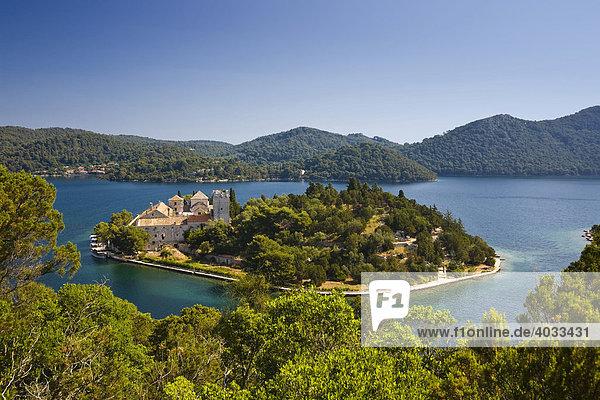 Benediktiner Kloster auf Insel der Heiligen Maria im Veliko jezero  Großer See  im Nationalpark Mljet  Insel Mljet  Dubrovnik-Neretva  Dalmatien  Kroatien  Europa