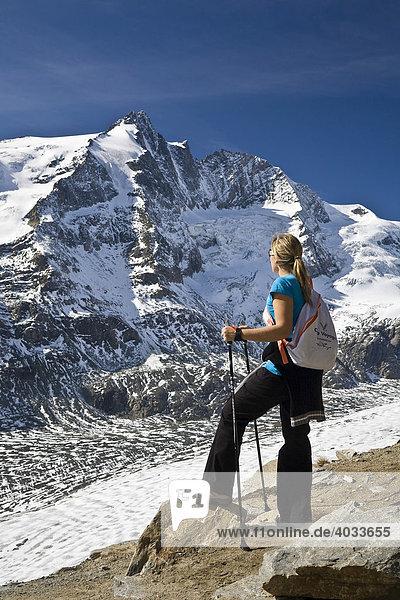 Frau mit Nordic Walking Stöcken am Gamsgrubenweg  links der Großglockner  3798m  und die Pasterze  Gletscherzunge  Nationalpark Hohe Tauern  Kärnten  Österreich  Europa