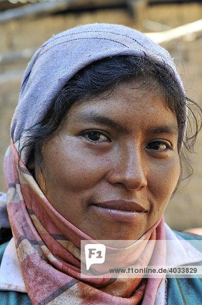 Portrait einer jungen Bauersfrau  Via Exaltacion  Caranavi  Bolivien  Südamerika