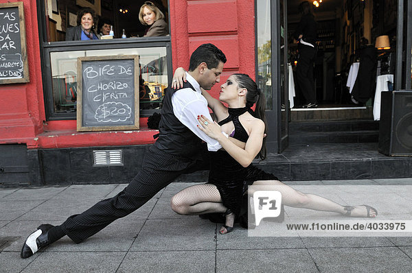 Tango dancers in the dock area La Boca  Buenos Aires  Argentina  South America