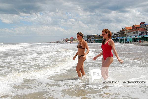 Zwei junge Argentinierinnen am Strand von Pinamar  Provinz Buenos Aires  Argentinien  Südamerika