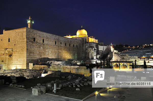 Golden cupola of the Al-Aksa Mosque on the temple mountain at night  Jerusalem  Israel  Near East  Orient