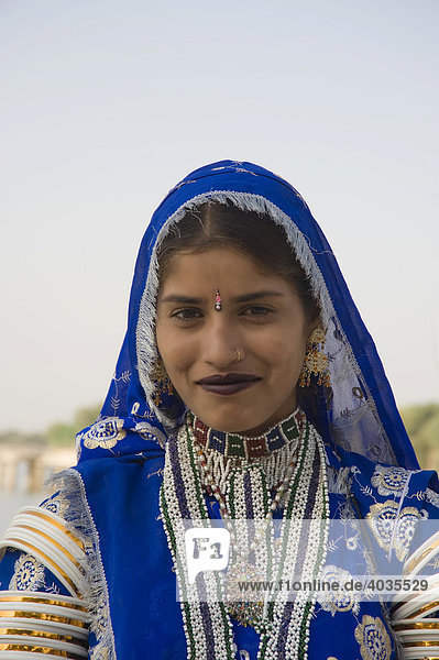Rajput woman in front of the Gadisagar lake  Jaisalmer  Thar Desert  Rajasthan  India  South Asia