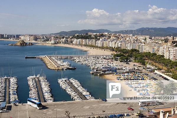 Blick auf Segelhafen und Strand von Blanes  Costa Brava  Spanien  Europa