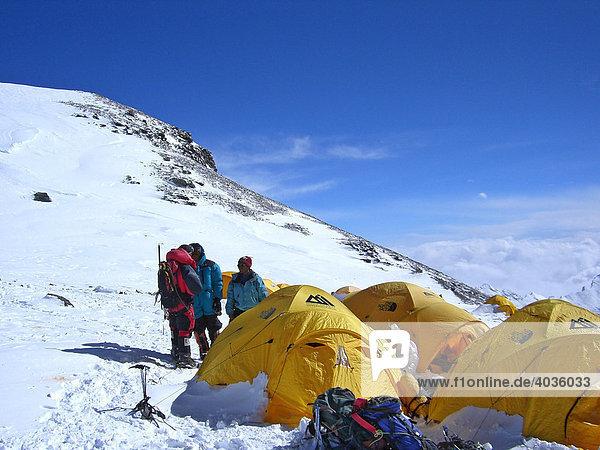 Gelbe Zelte  Bergsteiger und Bergsteigerausrüstung im Lager IV  4  auf dem Südsattel  7950m  Mount Everest  Himalaya  Nepal