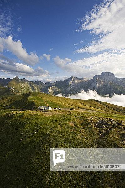 Blick auf Grand Gabizon  Pic Ger  vom Col d'Aubisque  Pyrenäen  Aquitaine  Frankreich  Europa