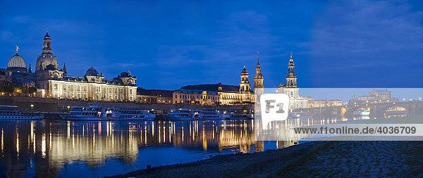Stadtansicht Panorama  Frauenkirche  Brühlsche Terrasse  Hausmannturm  Hofkirche und Semperoper mit Spiegelung in der Elbe in der Dämmerung  Dresden  Freistaat Sachsen  Deutschland  Europa