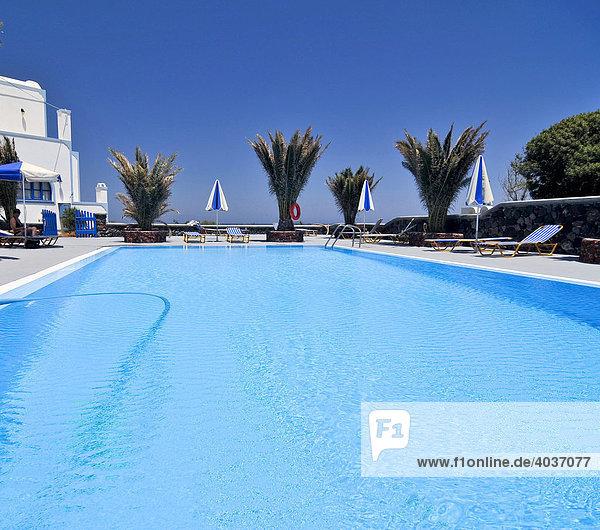 Leerer Swimmingpool mit Palmen  Santorin  Kykladen  Griechenland  Europa