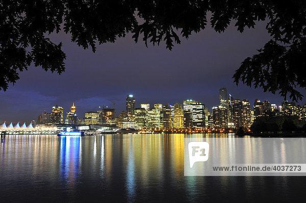Skyline vor Coral Harbour  im letzten Abendlicht  Vancouver  British Columbia  Kanada  Nordamerika