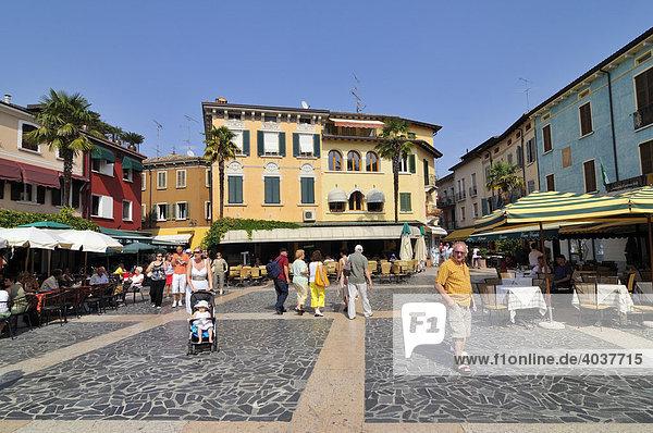 Platz in Sirmione  Lombardei  Italien  Europa